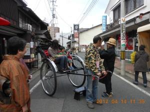 旧き良き町並みを歩く人力車